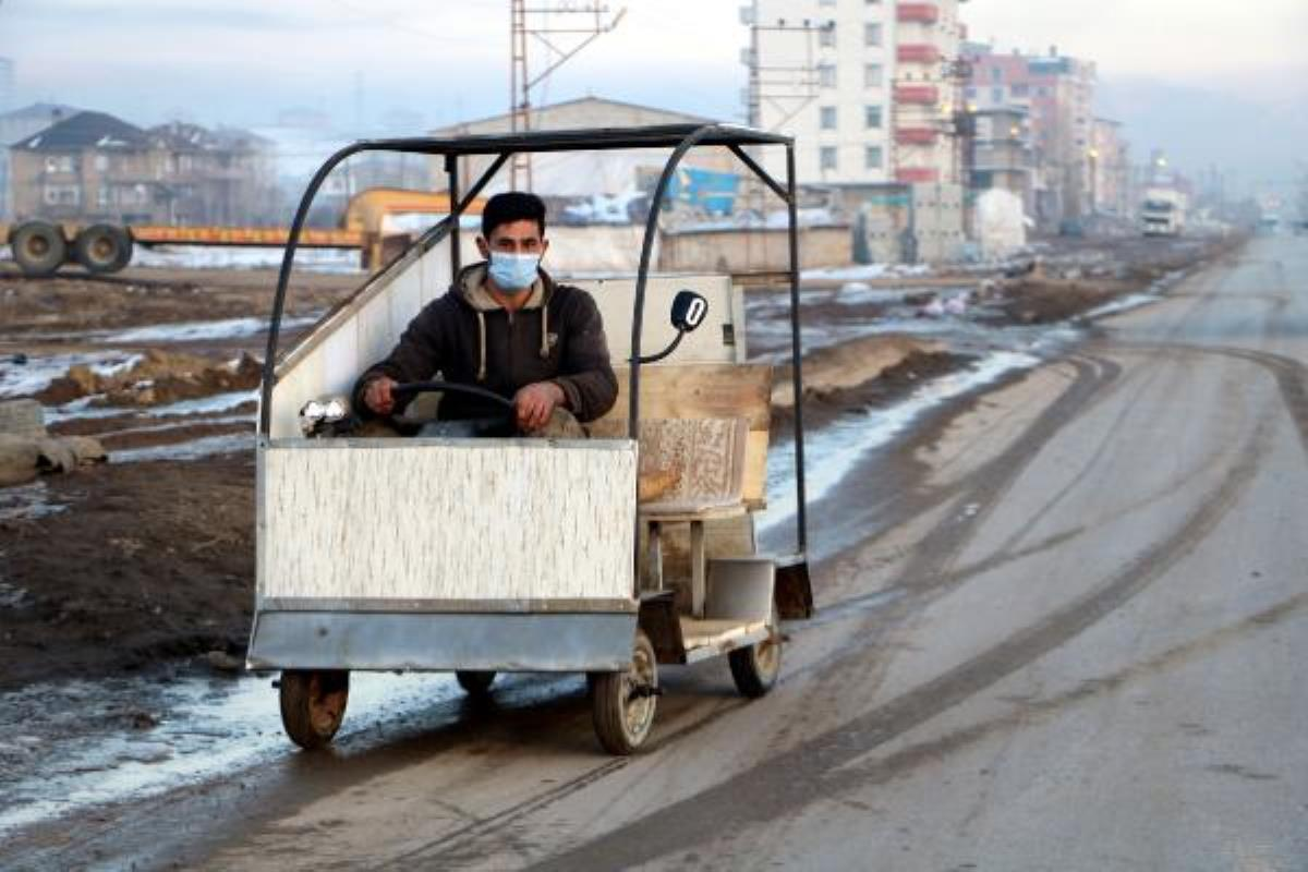 Hurda malzemelerden saatte30 kilometre hızla giden araç yaptı