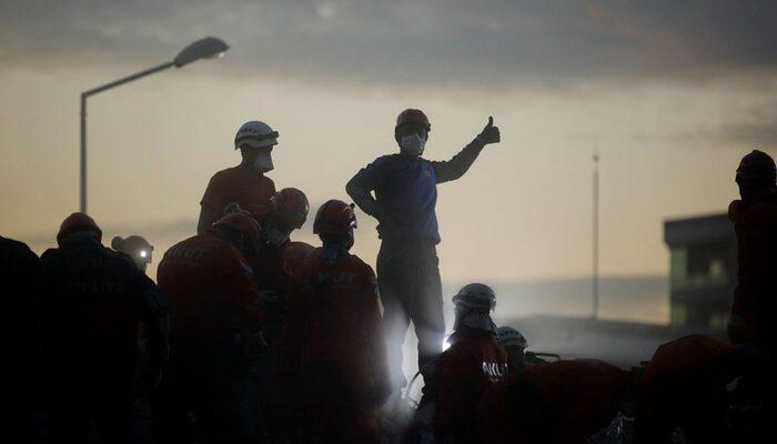 İzmir depremi sonrası Reuters ölümsüzleştirdi! İşte Türkiye'nin isimsiz kahramanları
