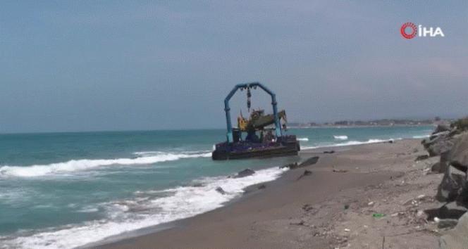 Karadeniz kıyısına 300 tonluk vinçli duba oturdu