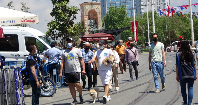 Kontrollü normalleşmenin ilk gününde Taksim'de dikkat çeken yoğunluk