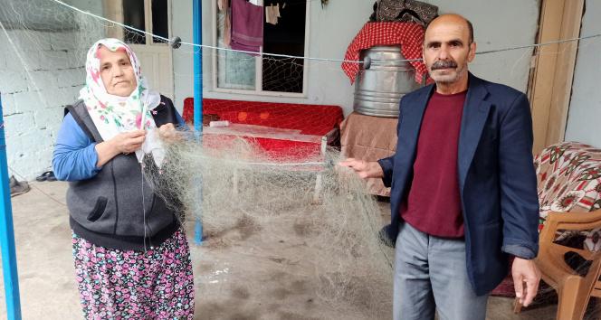 O ağları örüyor kocası balık avlıyor