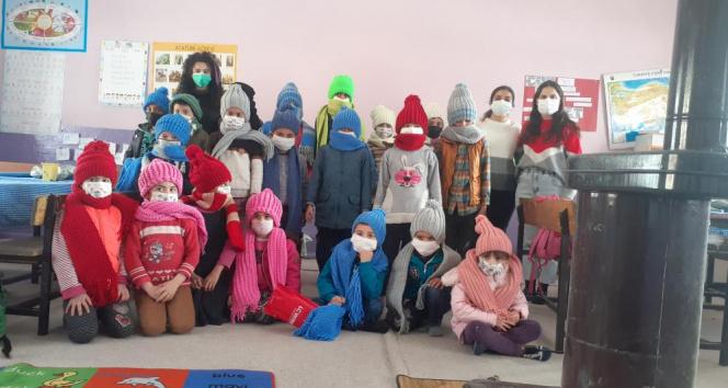 Öğretmenler elleriyle ördü, Türkiye'nin en soğuk ilçesine gönderdi