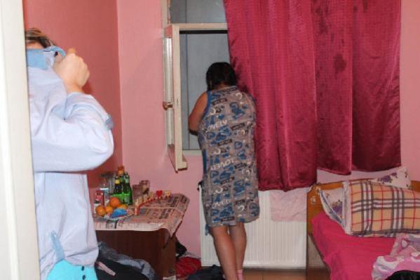 Otelinde temizlik işçisi olarak çalışan kadını müşterileriyle fuhşa zorlayan işletmeci tutuklandı