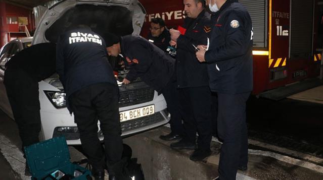 Otomobilin motoruna giren yaramaz kedi, ekipleri alarma geçirdi! Çıkması için hamsi bile ikram edildi