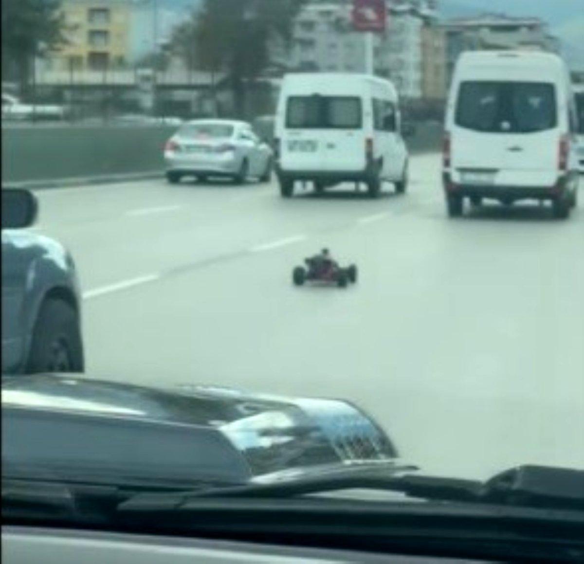 Oyuncak yarış arabası Bursa caddelerini birbirine kattı