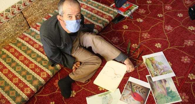Sağlıkçıları alkışlayamayınca tek ayağıyla resimlerini çizdi
