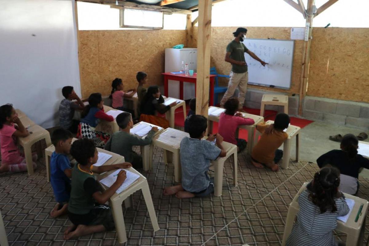 Savaştan kaçtı, çadırda okuma yazma öğretiyor