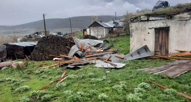 Şiddetli fırtına çatıları uçurdu!