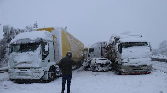 Son dakika! Anadolu Otoyolu'nda zincirleme trafik kazası! 16 araç birbirine girdi, 8 yaralı var