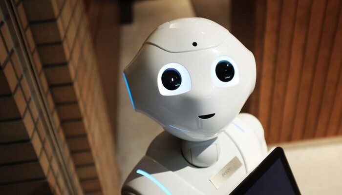 Sosyal mesafeye uymayanları tespit eden robot işbaşı yaptı