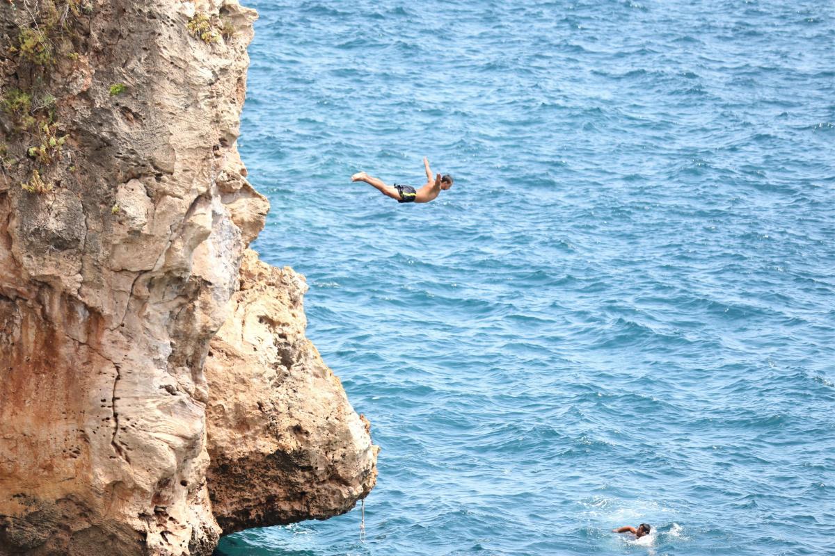 Şov uğruna falezlere denizden iple tırmanıp ölüme davetiye çıkardılar