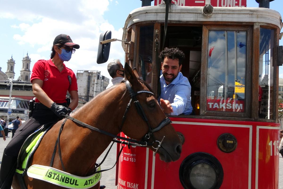 Taksim'de atlı polislere yoğun ilgi