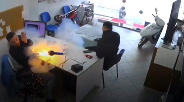 Tamircinin elindeki tablet bomba gibi patladı, şoke eden anlar kameraya yansıdı