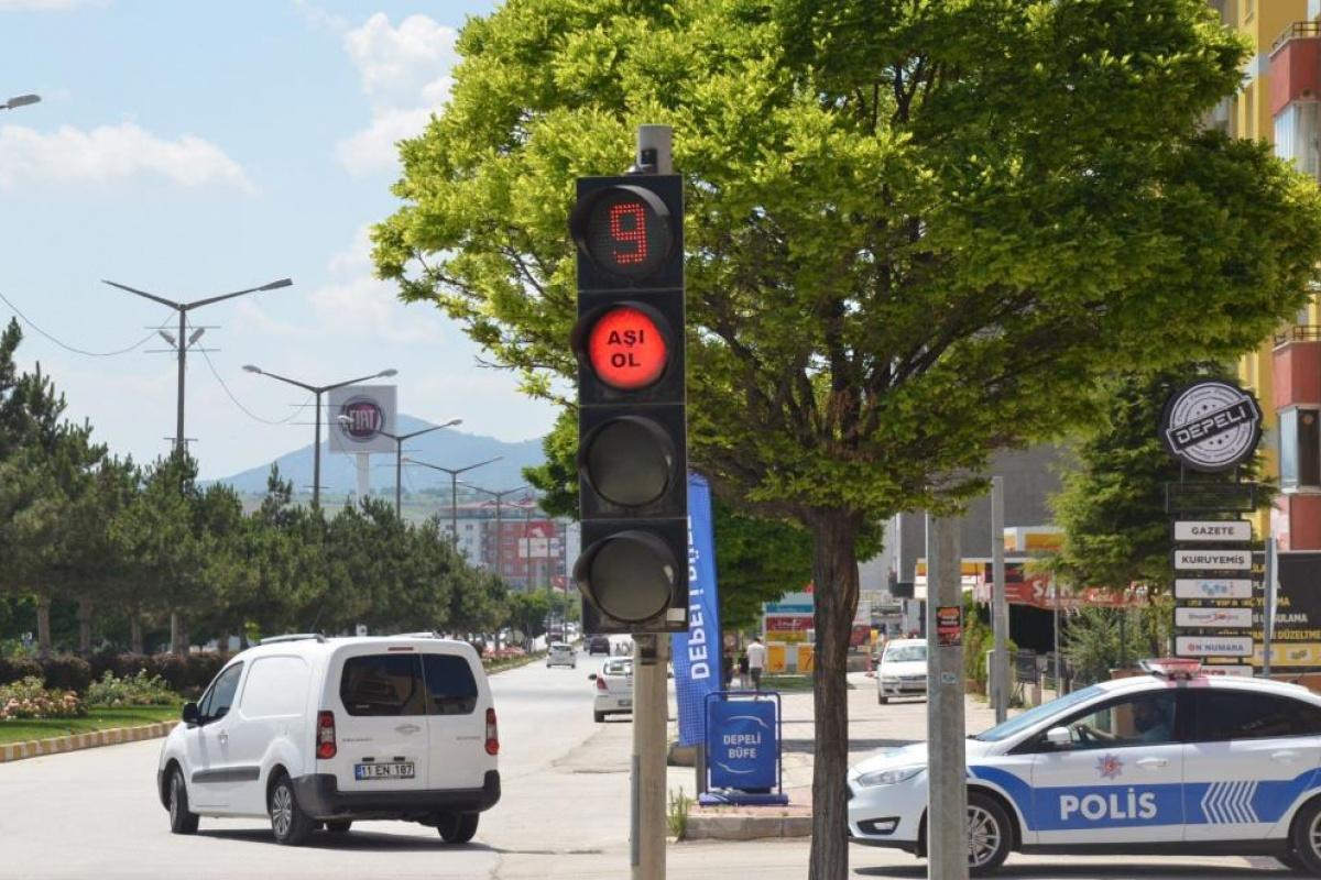 Trafik ışıklarından 'Aşı ol' çağrısı