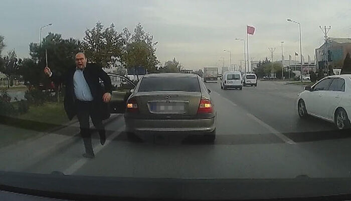 Yol istediği sürücünün saldırısına uğradı