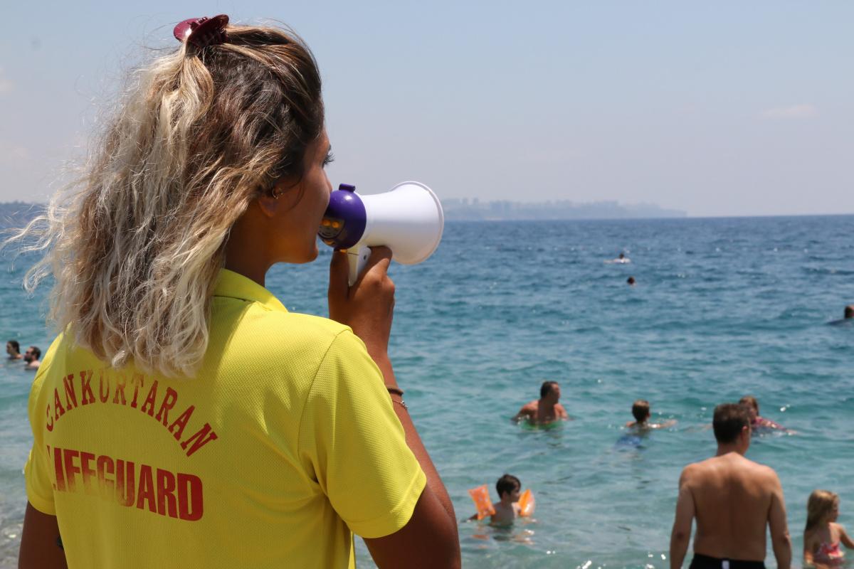 Yüzme bilmeyenlerin inadı dünyaca ünlü sahilin tek kadın cankurtaranını bezdirdi
